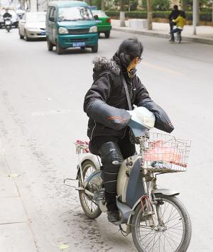 石家庄街头电动车装 挡风被 活动受限挺危险
