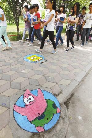 井盖上的手绘图案,可以让学校增加一点活泼气氛,同时也能提醒行人注意